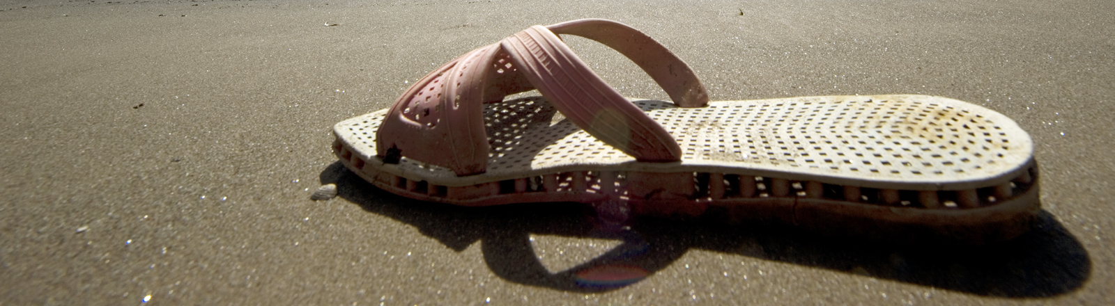 Eine verlorene Sandale.