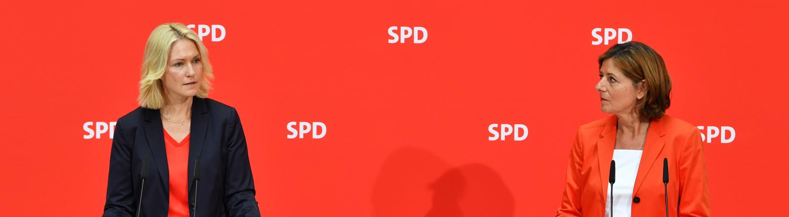 Manuela Schwesig und Malu Dreyer auf einer SPD-Pressekonferenz.