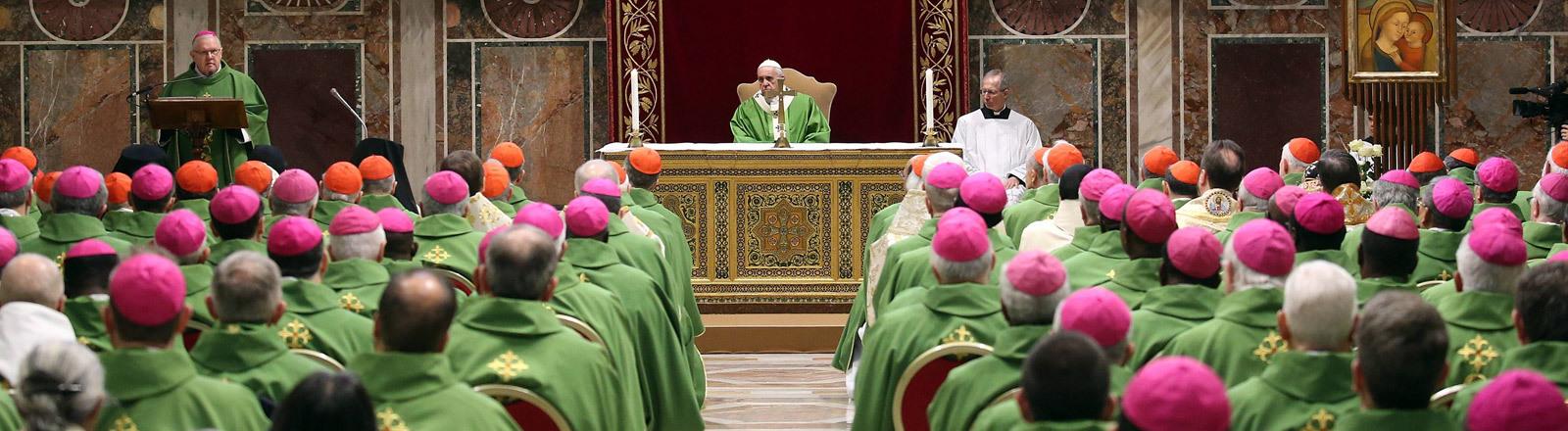 Papst und Bischöfe im Vatikan