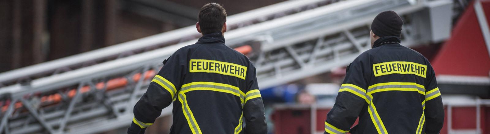 Zwei Feuerwehrleute