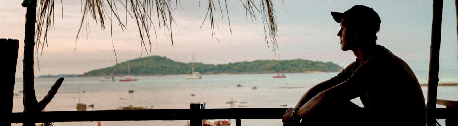 Tourist sitzt auf Terrasse