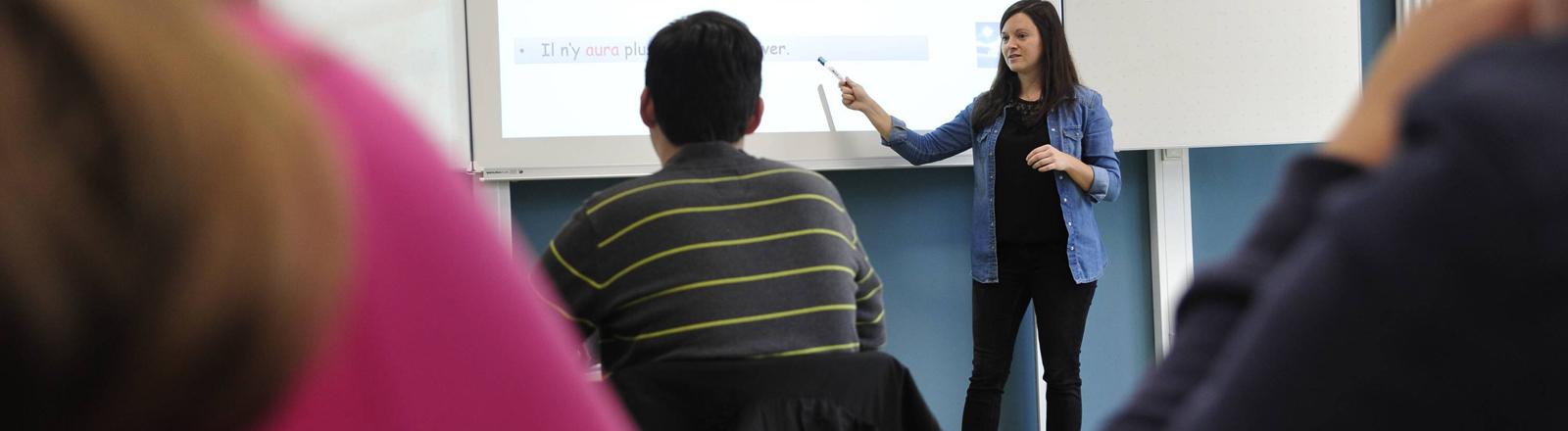 Auch angestellte Lehrkräfte bekommen mehr Gehalt: eine Lehrerin der Graf-Ludwig-Gemeinschaftsschule in Ludweiler im November 2018
