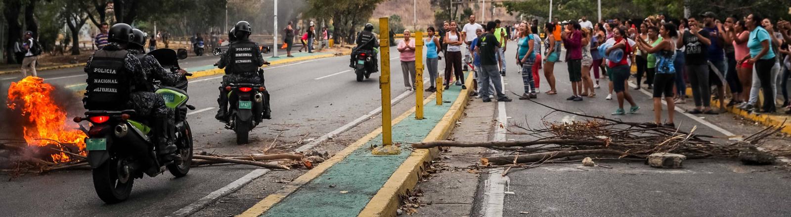 Gegen Wassermangel und Stromausfälle: Protestierende in der Avenida Baralt in Caracas am 31. März