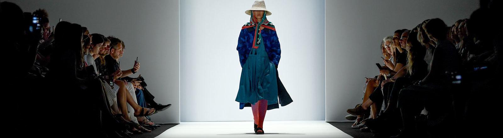 Ein Model präsentiert nachhaltige Mode bei der Greenshowroom Modeschau auf der Berlin Fashion Week.