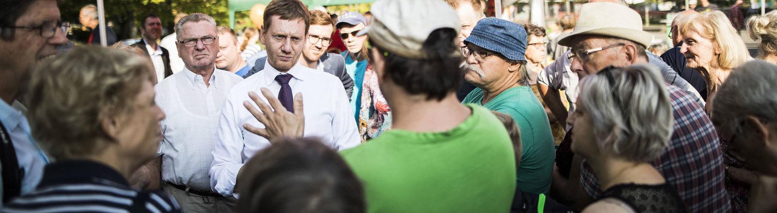 Michael Kretschmer, CDU-Spitzenkandidat für die Landtagswahl in Sachsen 2019, spricht mit Bürgern bei einem Bürgerfrühstück in Leipzig-Grünau, 31.08.2019.