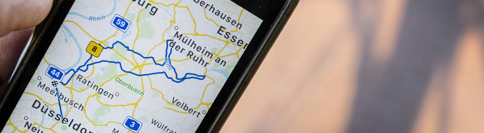 Smartphone mit Straßenkarte