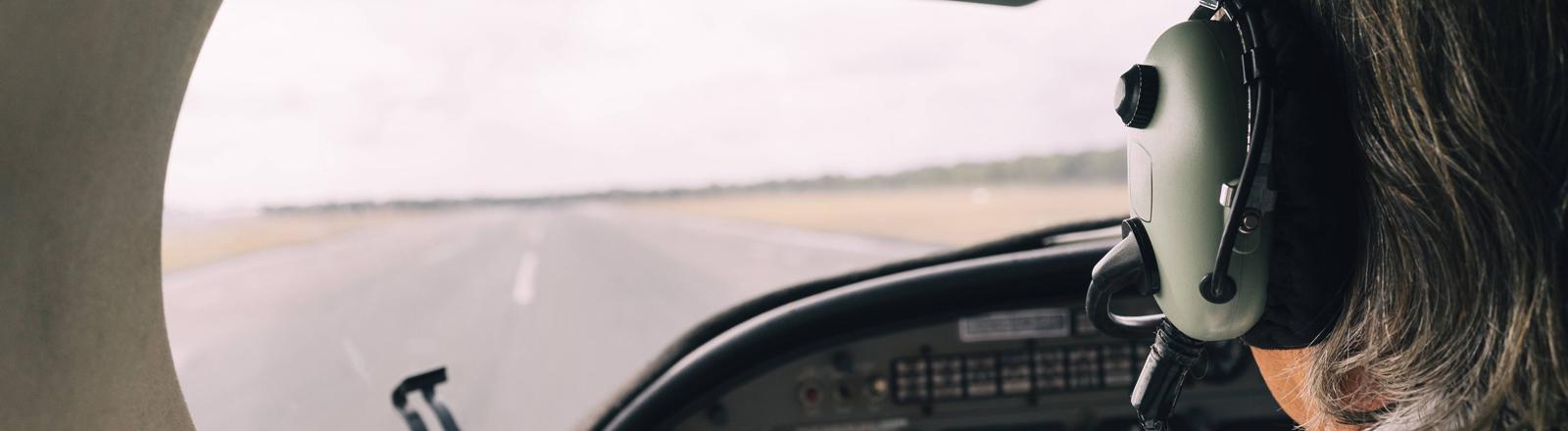 Blick durchs Cockpit auf Landebahn