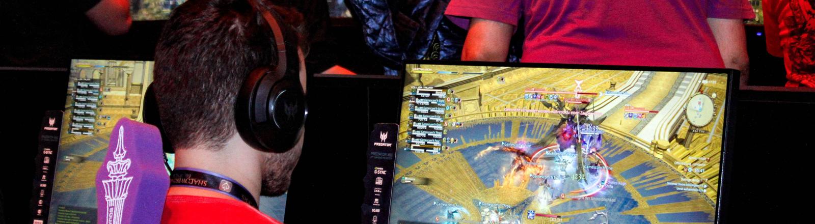 Spieler testen das Spiel Shadowbringers - Final Fantasy XIV bei der Gamescom in Köln 2019