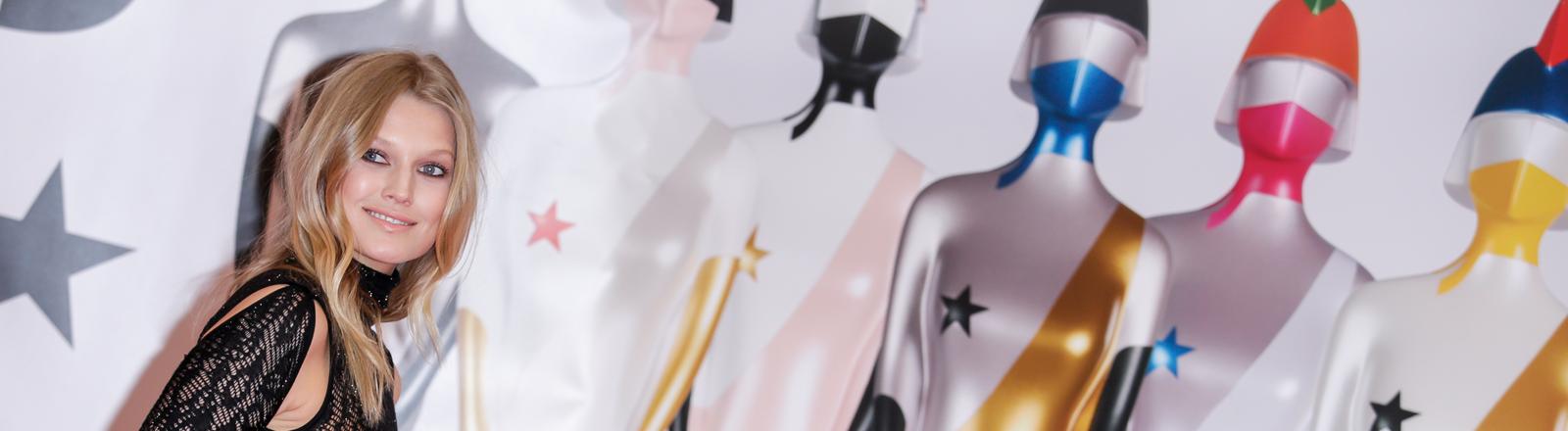 Toni Garrn bei den British Music Awards 2019 vor den Trophäen