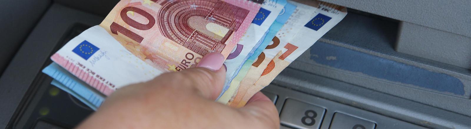 Auszahlung an einem Geldautomaten