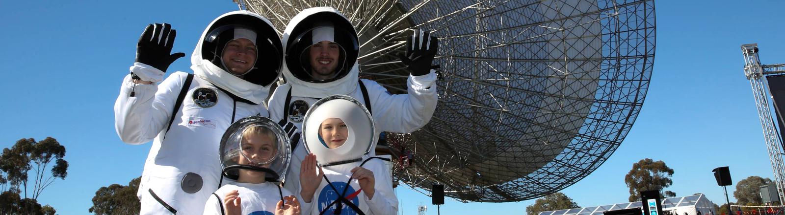 Eine Familie in Astronauten-Kostümen bei den Feierlichkeiten zu 50 Jahre Mondlandung in Parkes, Australien