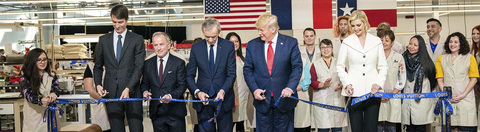 US-Präsident Donald Trump schneidet bei der Eröffnung des Louis Vuitton Werks in Texas ein blaues Band durch