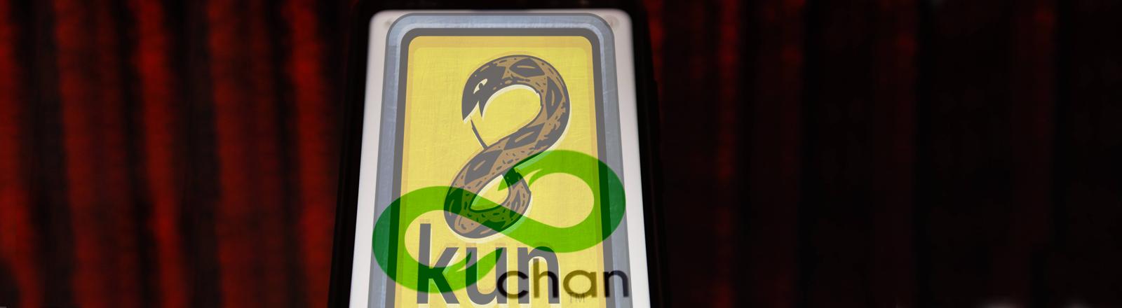 Das Logo von 8chan auf einem Smartphone. Darübergeblendet das Logo von 8kun
