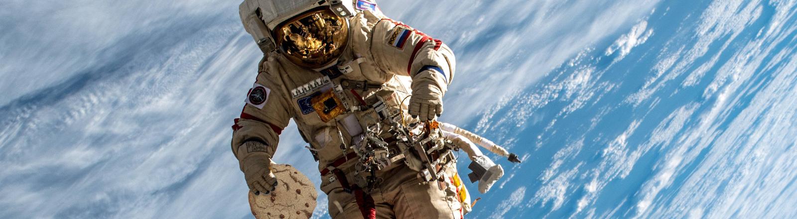 Ein Astronaut beim Außeneinsatz an der ISS im Dezember 2018