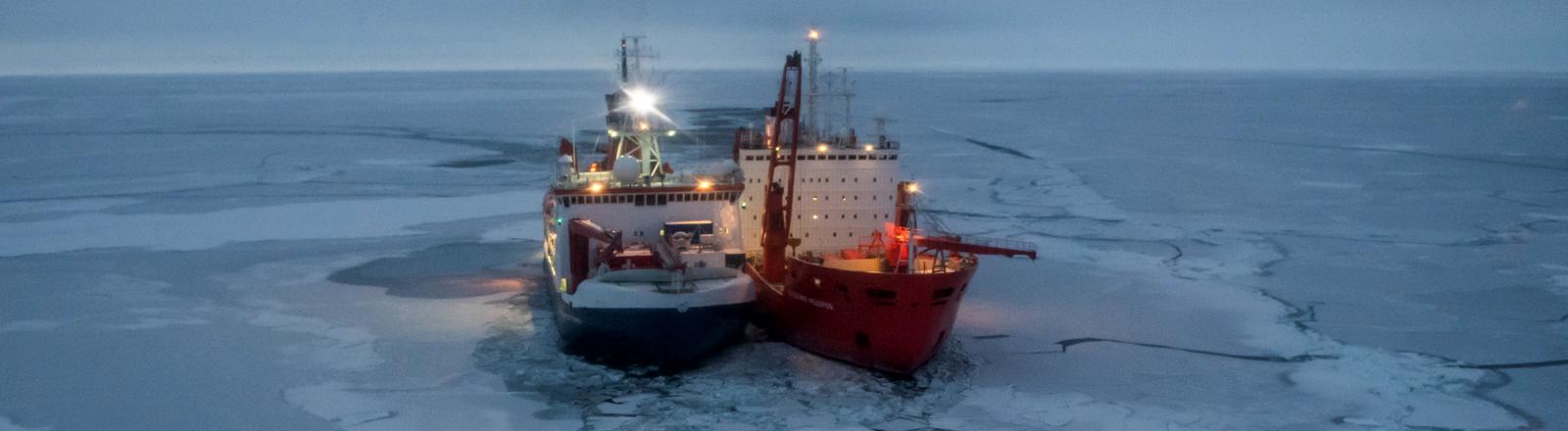 Der Forschungseisbrecher Polarstern und der russische Eisbrecher Akademik Fedorov liegen zwischen arktischen Eisschollen.