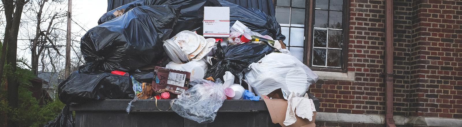 Überfüllte Mülltonne