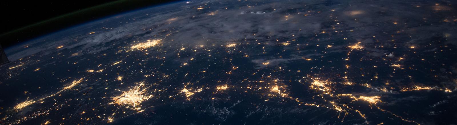 Die Erde bei Nacht, es sind deutliche Lichtnetze zu sehen.