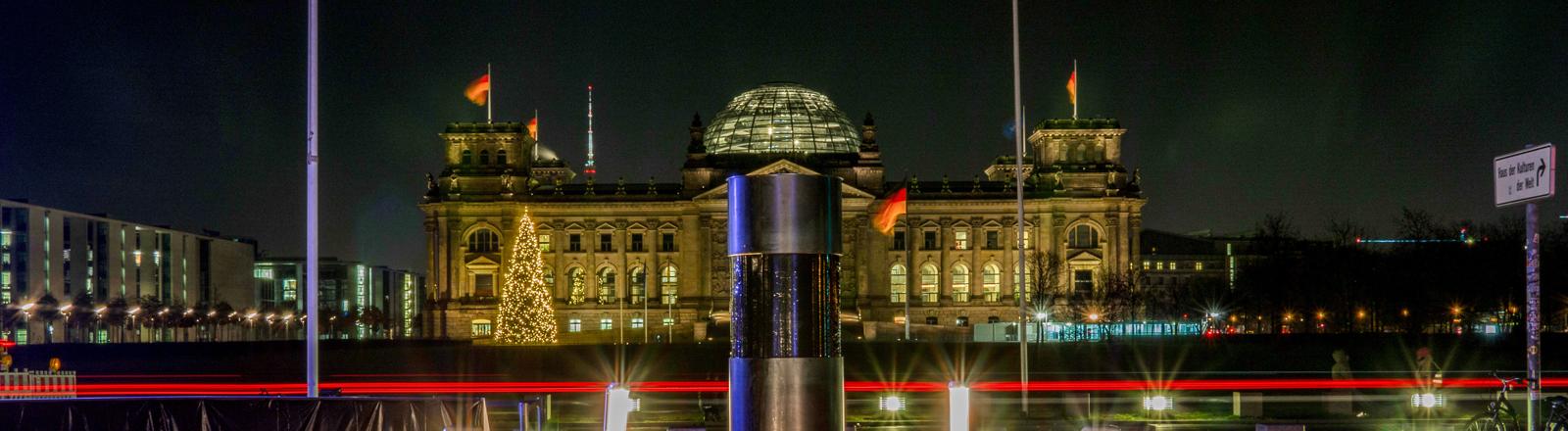 """Das gläserne Kernstück der Säule, die vom Künstlerkollektiv """"Zentrum für politische Schönheit"""" (ZPS) im Regierungsviertel aufgestellt wurde, ist mit schwarzem Klebeband blickdicht abgeklebt."""