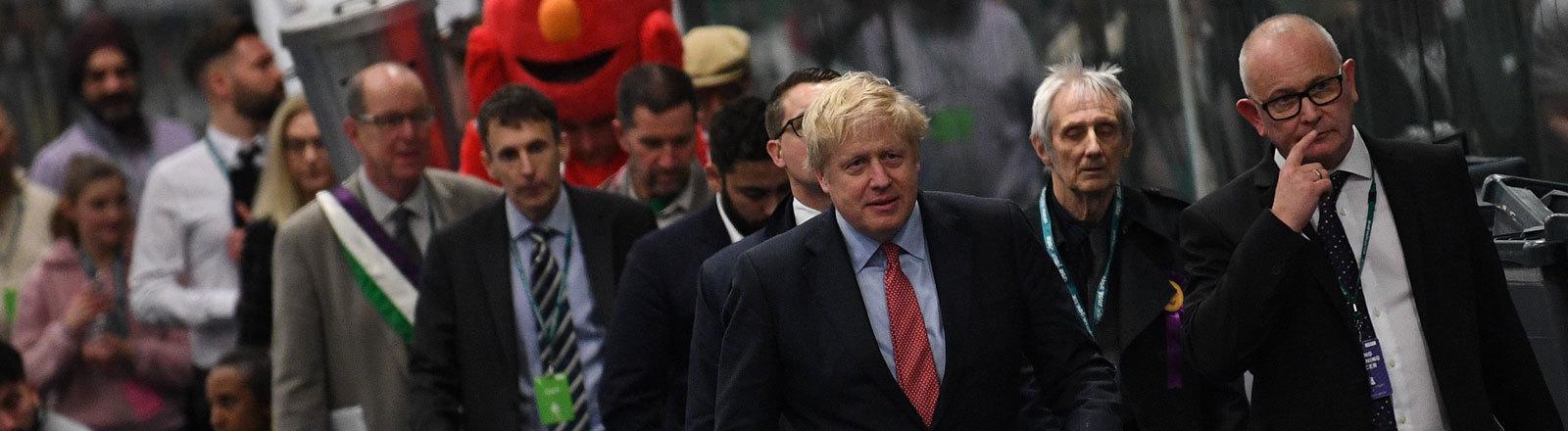 Am Wahlabend präsentiert sich Boris Johnson in seinem Wahlkreis (12.12.19)