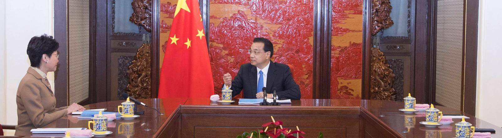 Li Keqiang und Carrie Lam bei einem Treffen im Dezember 2018