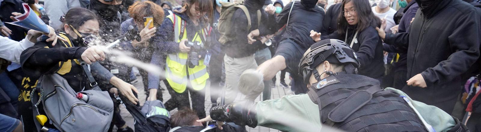 Demonstrierende werden von der Polizei mit Tränengas beschossen