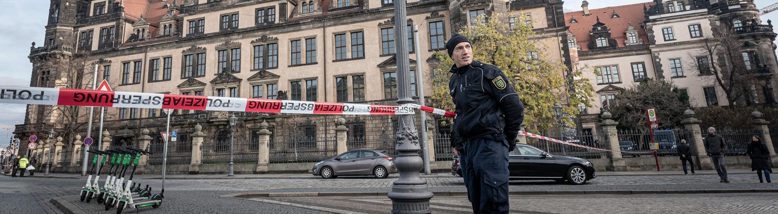 Eine Polizeiabsperrung vor der Dresdner Residenz