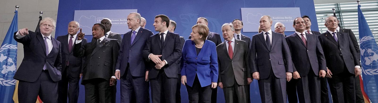 Bundeskanzlerin Angela Merkel steht im Bundeskanzleramt zu Beginn der Libyen-Konferenz mit den Teilnehmern der verschiedenen Länder für ein Foto (19.01.2020); Foto: dpa