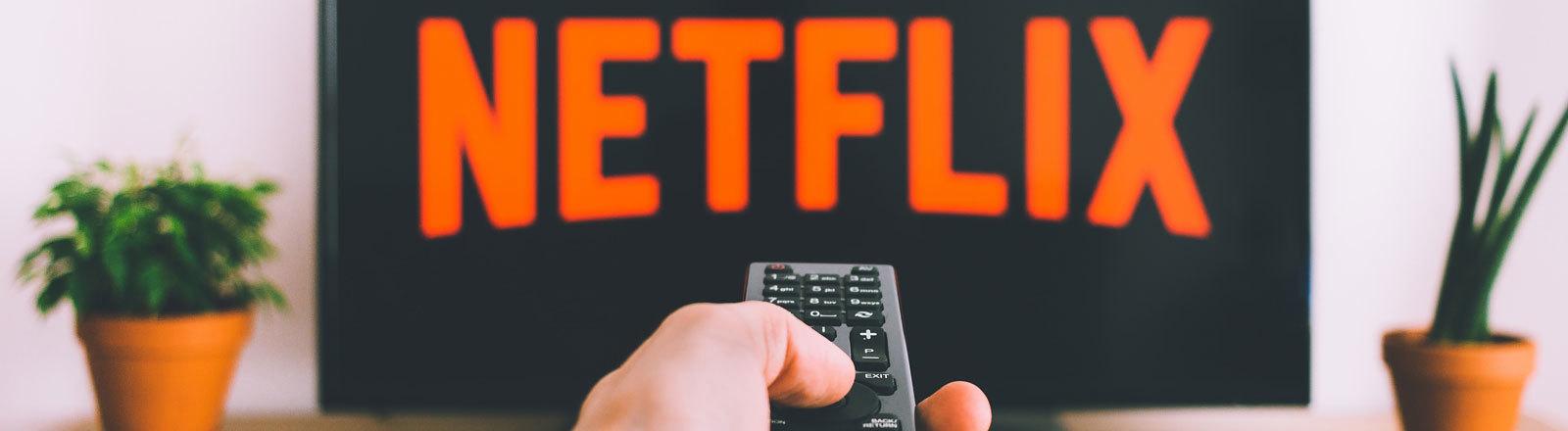 Ein Fernseher mit Netflix-Schriftzug.