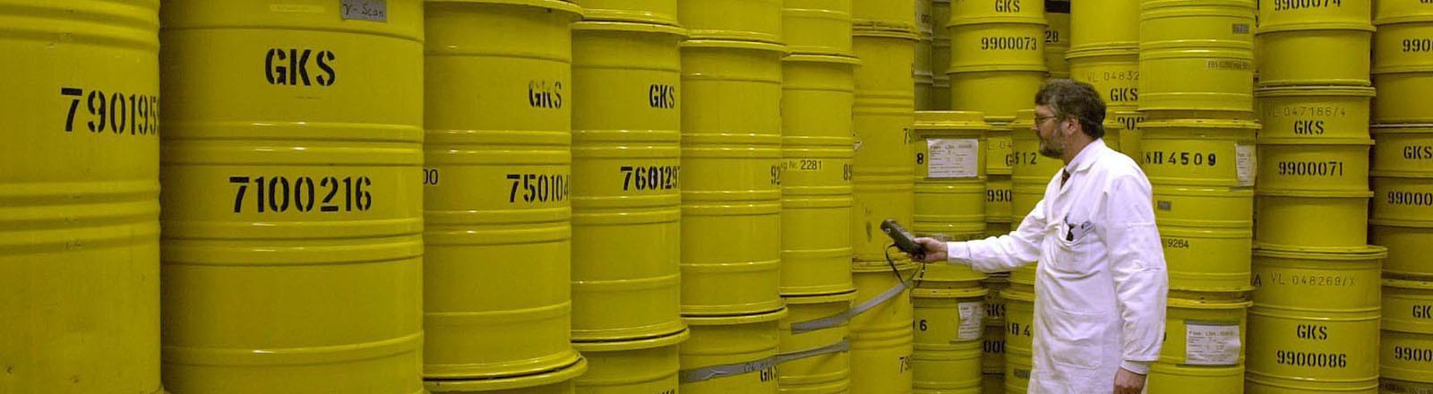 Strahlenschutzmitarbeiter Reiner Ahlfänger misst am 7.12.2000 in einer Lagerhalle auf dem Gelände des GKSS-Forschungszentrums in Geesthacht (Kreis Herzogtum-Lauenburg) mit einem Geigerzähler die Strahlung an mit radioaktiven Abfällen gefüllten Fässern.