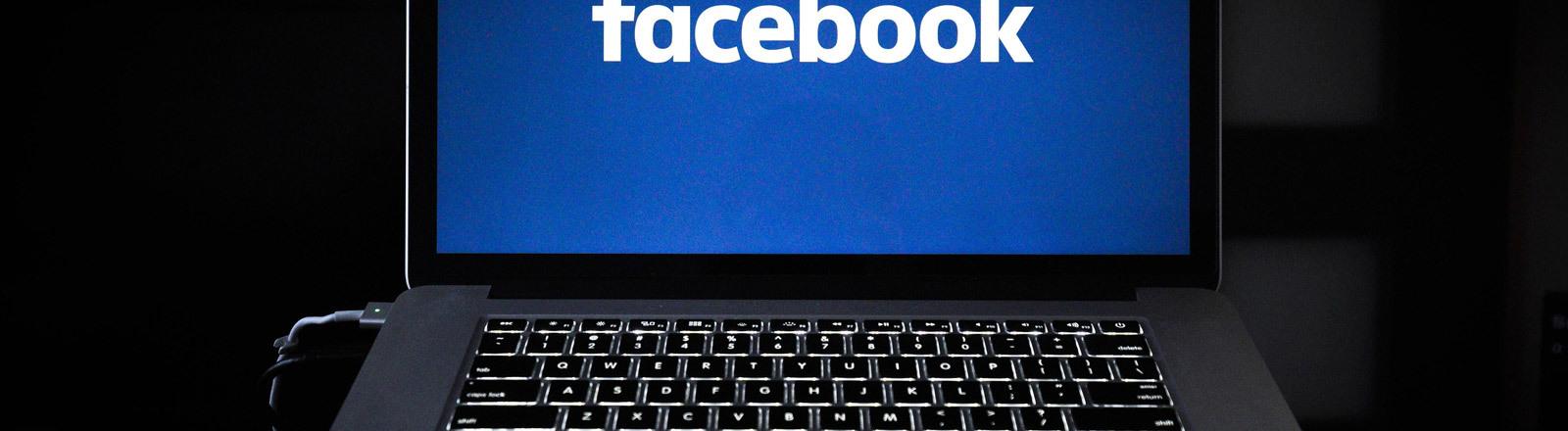 Facebook-Logo auf einem Notebook-Bildschirm