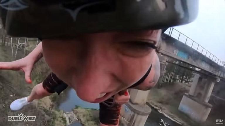 Screenshot: Die Helmkamera zeigt ein Foto von Charlotte Roche während des Sprungs; Foto: Pro 7