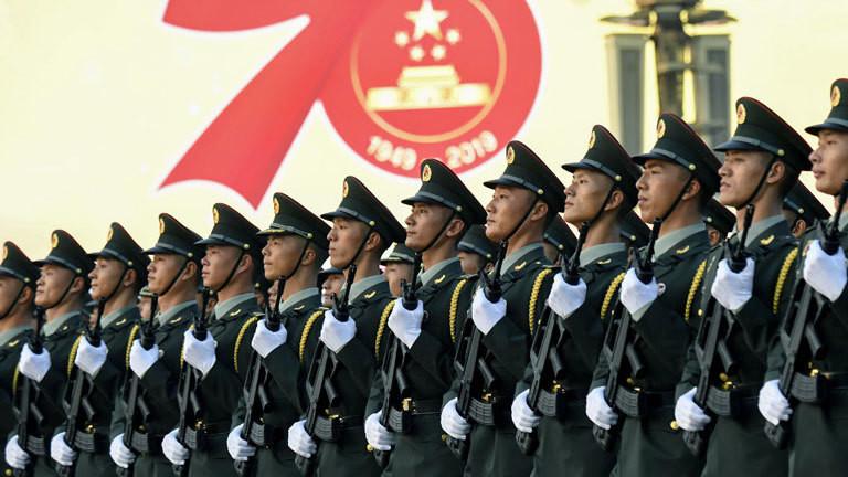 Militärparade in China, Soldaten stehen in einer Reihe (01.10.2019); Foto: dpa