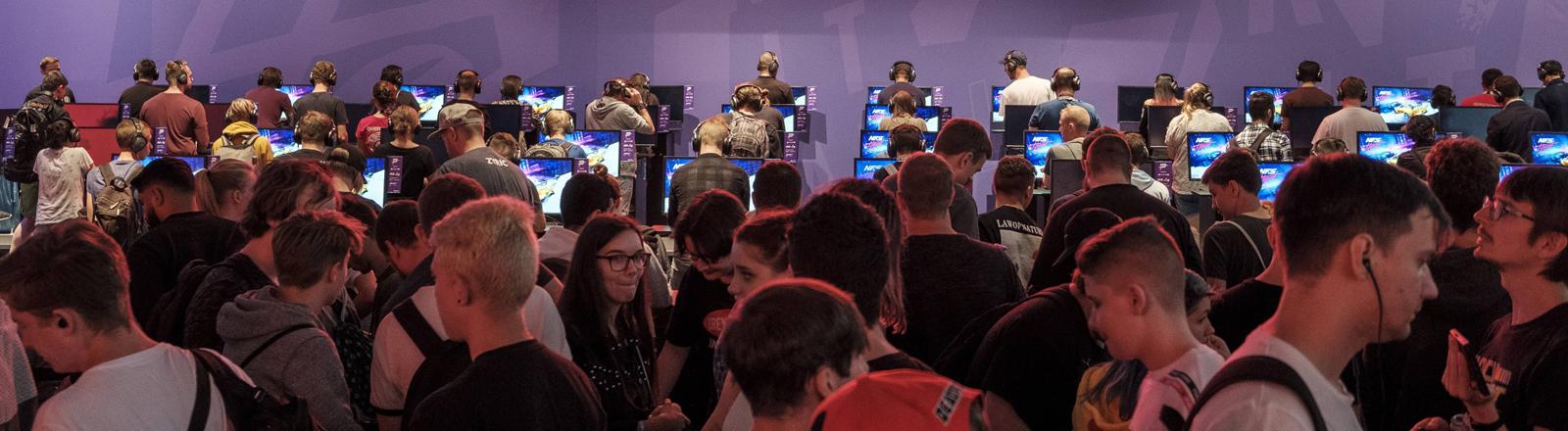 Besucher vor dem Schriftzug Republic of gamers auf der gamescom, 21.8.2019