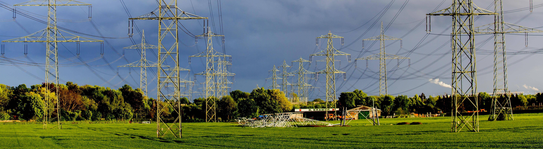 Überlandleitungen der Stromtrasse Ultranet in der Nähe von Pulheim
