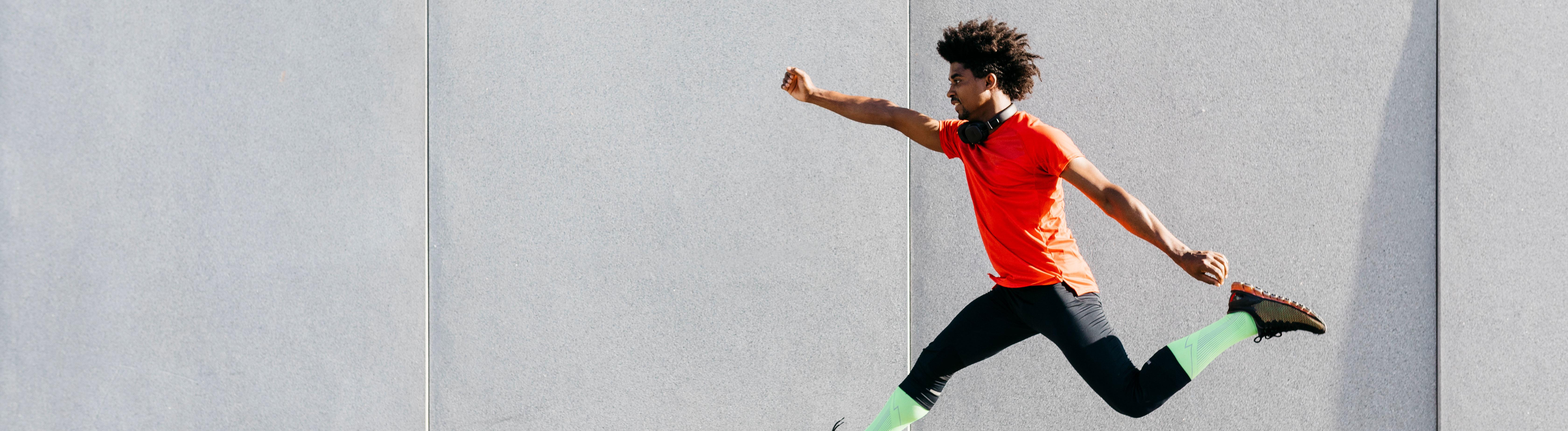 Mann, der Sport macht und hochspringt