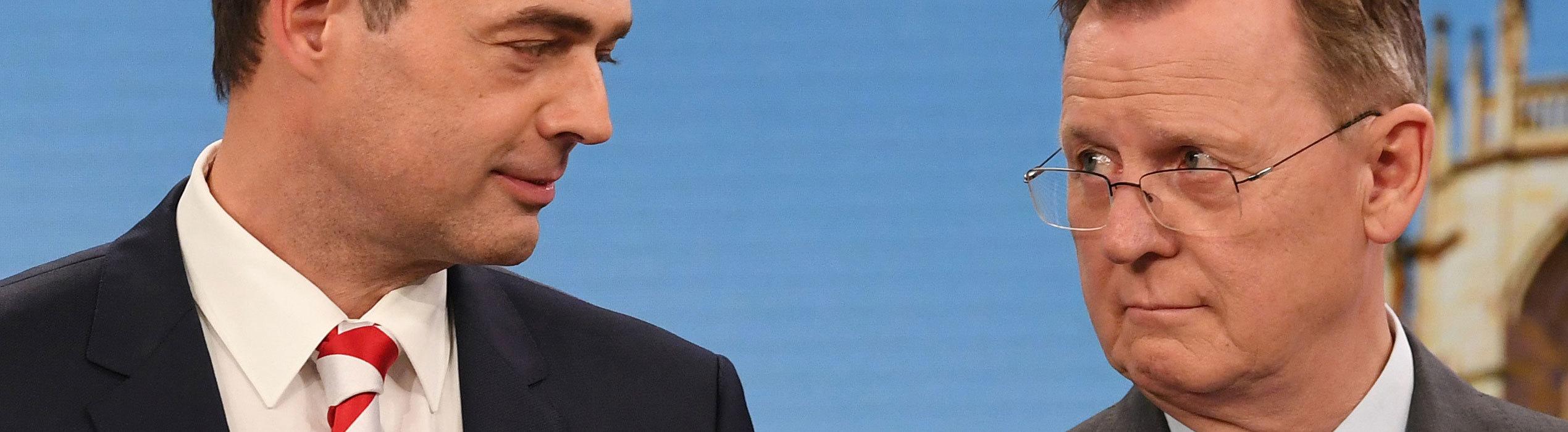 Mike Mohring, CDU-Spitzenkandidat, steht neben Bodo Ramelow (Die Linke), Ministerpräsident von Thüringen und Spitzenkandidat der Partei für die Landtagswahl, in einem Wahlstudio im Landtag.