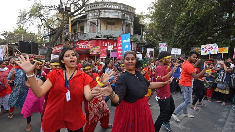 Junge Menschen veranstalten einen Flashmob in Goodluck Chowk im indischen Pune am 14. Februar 208