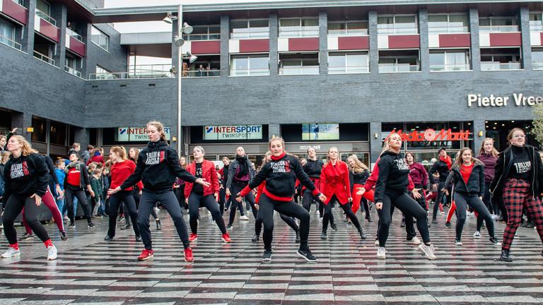 Im niderländischen Tilburg tanzen Frauen in rot und schwarz gekleidet am 14. Februar 2018