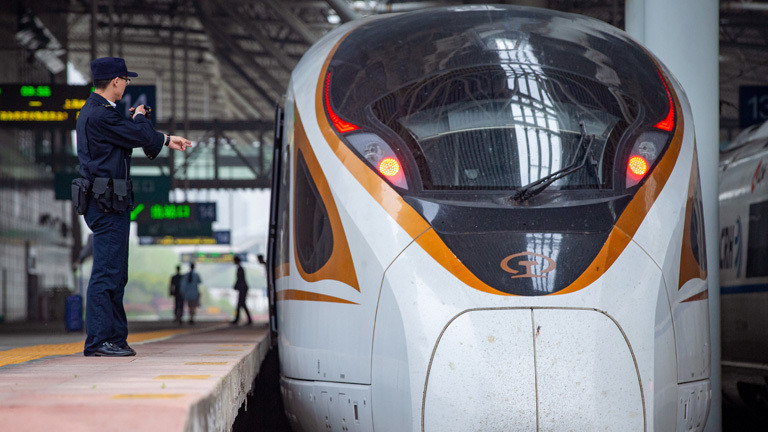 Ein Fuxing Bullet Train in Nanjing in China.