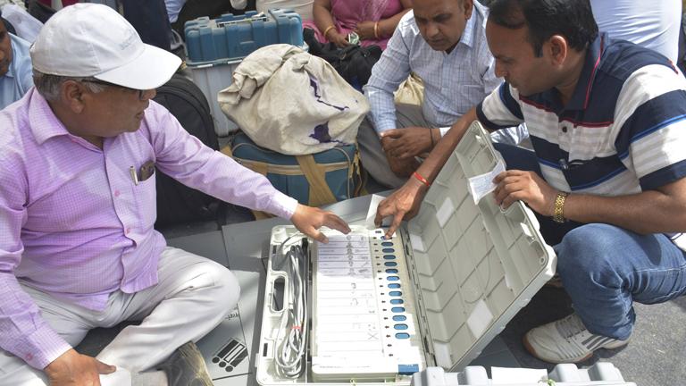 Wahlhelfer testen eine digitale Wahlmaschine in Kamla Nehru Nagar in Ghaziabad, Indien