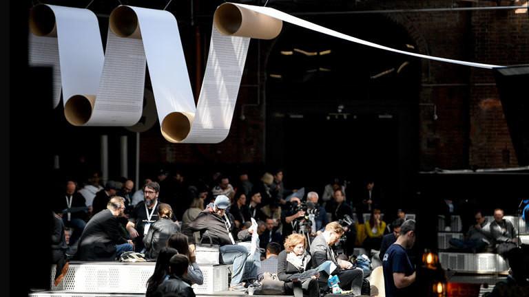 Besucher sitzen während der Digitalkonferenz re:publica in einer Halle. Die Konferenz findet vom 06. bis 08. Mai 2019 in Berlin statt; Foto: dpa