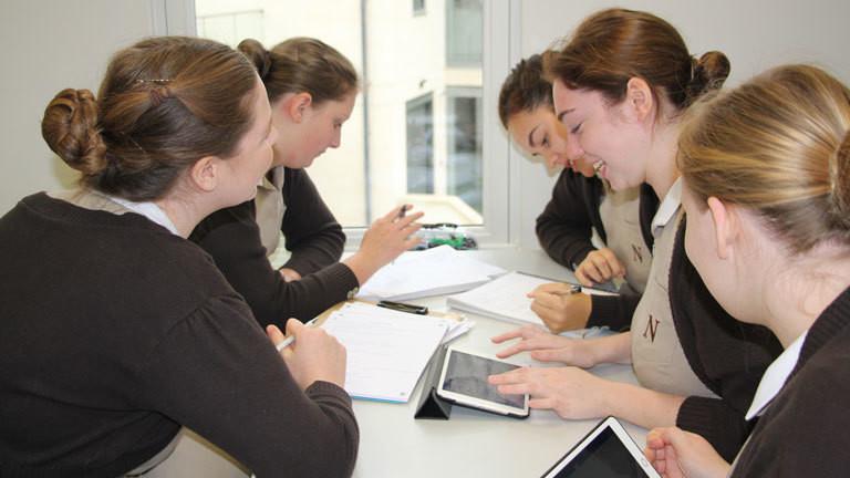 Auszubildende am Norland College sitzen an einem Tisch und lernen.