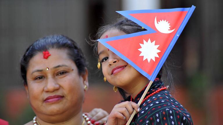 Frau und Mädchen mit nepalesischer Flagge