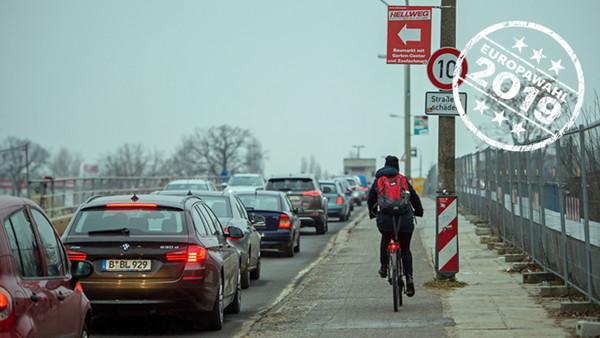 Radfahrerin in der Umgebung von Berlin