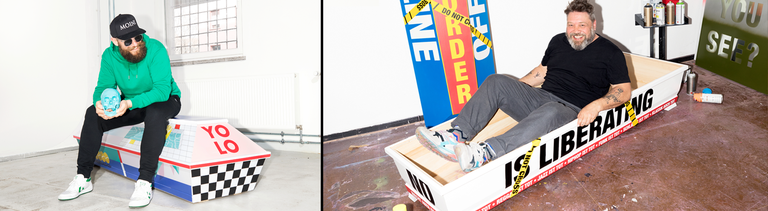Der Rapper MC Fitti auf seinem bunt gestalteten Sarg, daneben der Künstler Eike König, der sich in seinen Sarg gelegt hat