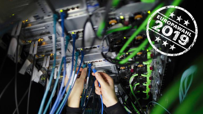 Handarbeit im Serverraum