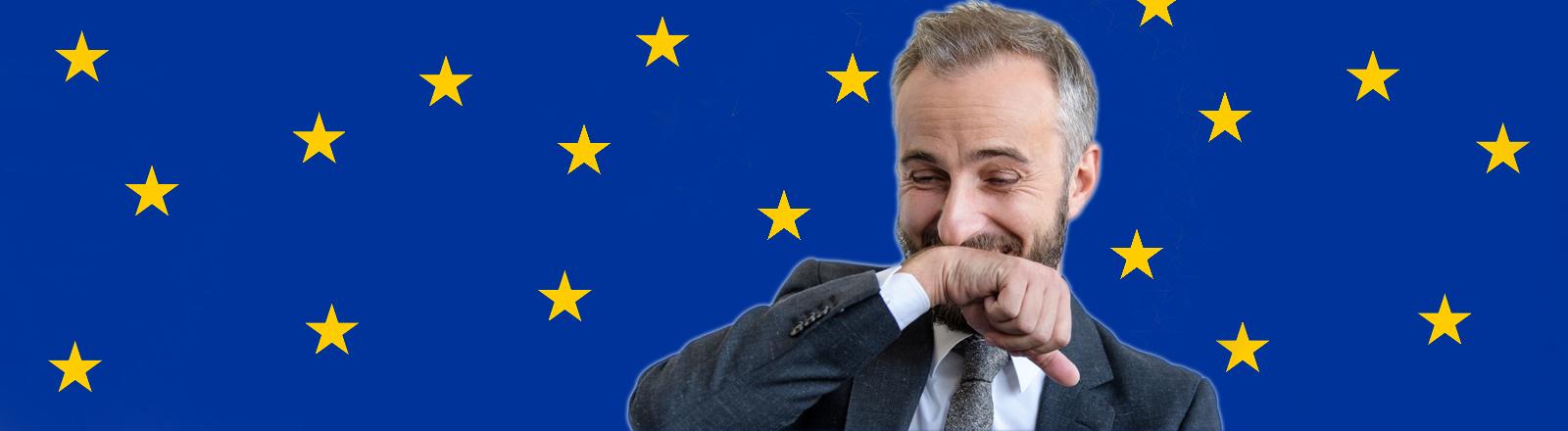 Jan Böhmermann vor Europaflagge, bei der die Sterne wie Schneeflocken fallen