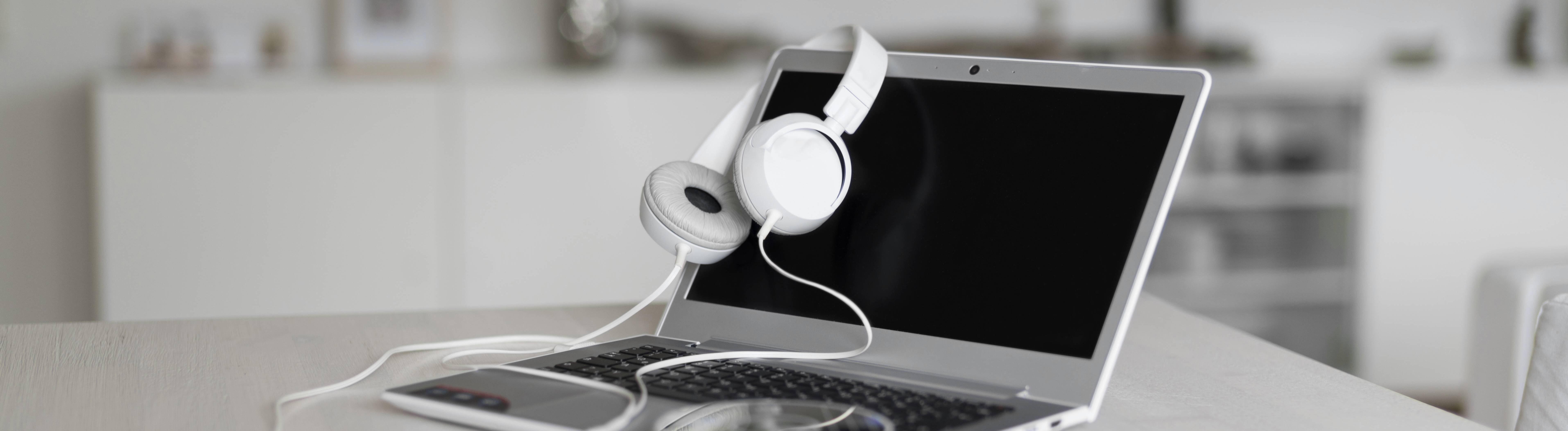 Laptop mit Kopfhörern und CD oder DVD