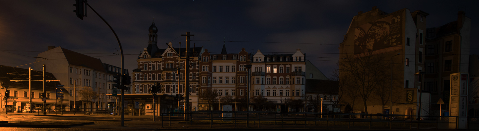 19.02.2019, Berlin: Wegen einem Stromausfall brennt kein elektrisches Licht in der Altstadt von Berlin-Köpenick.