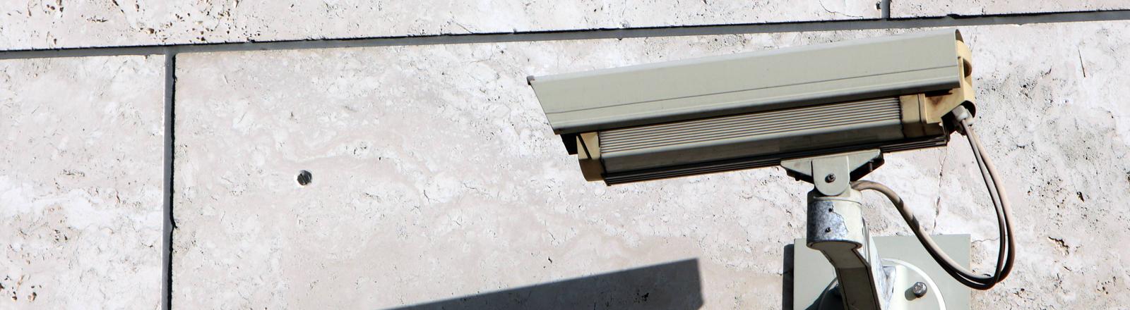 Eine Überwachungskamera an einem Gebäude in Berlin